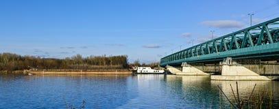 Стальной мост и буксир стоковое изображение rf