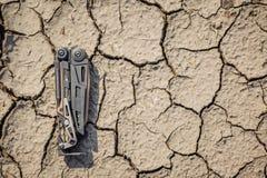 Стальной multi инструмент на великолепной почве Стоковое Изображение RF