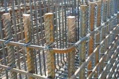 Стальные бары подкрепления макрос поля глубины штанг конспекта конкретный усиливает сталь штаног отмелую к использовано Стоковое Фото