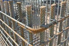Стальные бары подкрепления макрос поля глубины штанг конспекта конкретный усиливает сталь штаног отмелую к использовано Стоковые Изображения