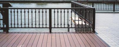 Стальные grating и деревянные половые доски Стоковые Изображения RF