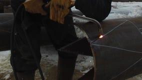 Сталь вырезывания промышленного работника путем использование факела металла сток-видео