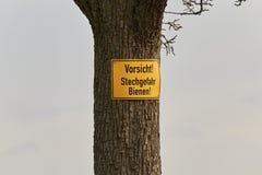 Ствол дерева с предупреждением пчел знака Стоковое Изображение