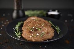 Стейки говядины мельчайшие с розмариновым маслом Стоковое Фото