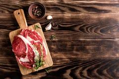 стейки говядины сырцовые Стоковое фото RF