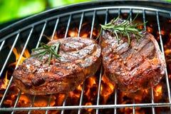 стейки зажженные говядиной Стоковые Изображения RF