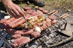Стейки и сосиски говядины варя в открытом пламени Стоковые Фотографии RF