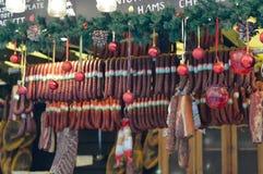 Стейки салями на рождественской ярмарке в Будапеште стоковая фотография rf