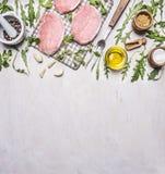 Стейки свинины на гриле для жарить в духовке с границей вилки, масла, розмаринового масла и arugula мяса, текстом места на деревя стоковые изображения rf