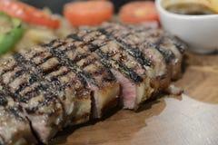 Стейк говядины Ангуса, который служат с овощем Стоковое фото RF