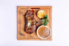 Стейк говядины в соусе перца на деревянной доске Стоковое Изображение