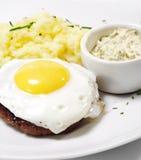стейк говядины зажаренный яичком стоковое изображение