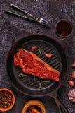 Стейк говядины на темной предпосылке Стоковые Изображения