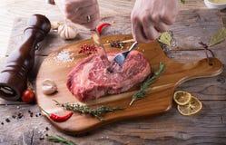 Стейк говядины ручной резки сырцовый стоковая фотография rf