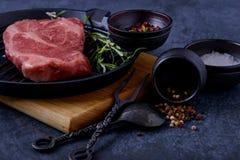 Стейк говядины сырого мяса на лотке гриля Стоковая Фотография