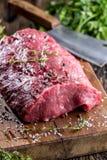 Стейк говядины стейк говядины сырцовый Большой стейк глаза нервюры на деревянной доске с солью и перцем травы Стоковое Изображение