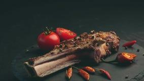 Стейк говядины с розмариновым маслом, peeper chili и томаты на шифере всходят на борт акции видеоматериалы