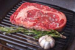 Стейк говядины Ribeye жаря в лотке гриля Стоковое Изображение RF