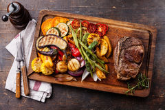 Стейк говядины клуба и зажаренные овощи Стоковая Фотография