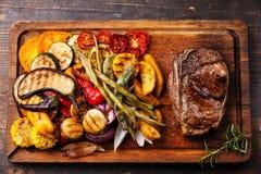 Стейк говядины клуба и зажаренные овощи Стоковые Изображения