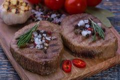 Стейк говядины на деревянной доске Стоковое фото RF