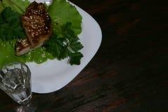 Стейк говядины на листьях салата Стоковые Фото