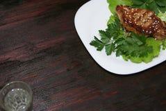 Стейк говядины на листьях салата Стоковые Фотографии RF