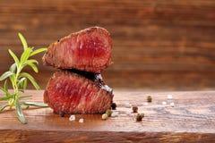 Стейк говядины на таблице стоковая фотография