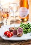 Стейк говядины стейк говядины сочный Изысканный стейк с овощами и стеклом розового вина на деревянном столе Стоковое фото RF