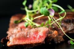 Стейк говядины с зелеными цветами Стоковая Фотография RF