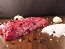Стейк говядины с ингридиентами Стоковое Изображение RF