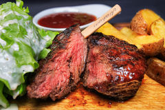 Стейк говядины с фраями и салатом француза Стоковые Изображения