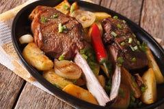 Стейк говядины с chili и зажаренным концом-вверх картошек горизонтально Стоковые Фото