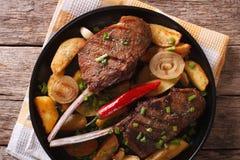 Стейк говядины с chili и зажаренным крупным планом картошек горизонтальная верхняя часть Стоковая Фотография RF
