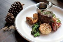 Стейк глаза нервюры говядины с зажаренными в духовке картошкой и овощами стоковые изображения rf