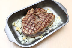 Стейк лезвия в блюде выпечки Стоковые Изображения RF