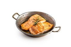 Стейк жаркого семг Salmon стейк в лотке жаркого изолированном на белизне Стоковое Изображение RF
