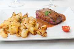 Стейк зажаренный с соусом и картошками перца Стоковое Фото