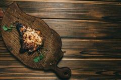 Стейк косточки свинины на деревянной предпосылке с медом Шифер доски kenza, перец стоковые изображения rf