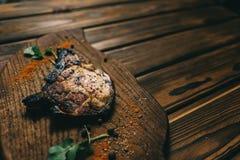 Стейк косточки свинины на стейке косточки wooPork на предпосылке доски деревянной с honden предпосылка с медом Шифер доски kenza, стоковое фото rf