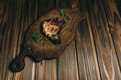 Стейк косточки свинины на стейке косточки woPork на предпосылке доски деревянной с honoden предпосылка с медом Шифер доски kenza, стоковая фотография