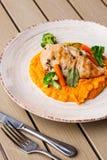 Стейк куриной грудки с морковью и брокколи младенца пюра моркови Зажаренный кусок цыпленка с пюрем моркови младенца o стоковые фото