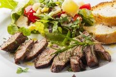 Стейк на свежем салате стоковые изображения