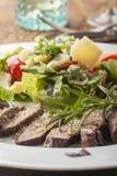 Стейк на свежем салате стоковое изображение