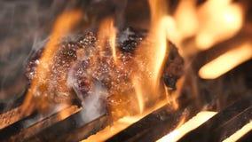 Стейк приготовления на гриле с частью плавя масла видеоматериал