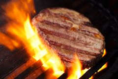 Стейк ростбифа глаза нервюры Ribeye на гриле барбекю bbq с пламенем Стоковая Фотография RF