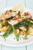 Стейк рыб трески с картошкой и зелеными фасолями Стоковые Изображения RF