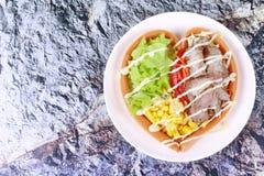 Стейк салата и свинины с сыром сосиски в стиле сердца Стоковое Изображение