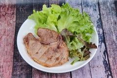 Стейк свиной отбивной служил с смешанным овощем как красный дуб, зеленый o Стоковая Фотография
