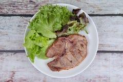 Стейк свиной отбивной служил с смешанным овощем как красный дуб, зеленый o Стоковое Изображение RF